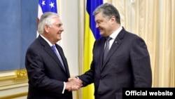 Президент України Петро Порошенко (п) і держсекретар США Рекс Тіллерсон. Київ, 9 липня 2017 року