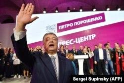Петр Порошенко благодарит своих сторонников в штабе после объявления данных экзит-поллов