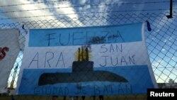 Флаг Аргентины с изображением пропавшей подводной лодки, на борту которой находились 44 военнослужащих.