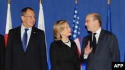 Слева направо: Глава МИД России Сергей Лавров, госсекретарь США Хиллари Клинтон, министр иностранных дел Франции Ален Жюппе в Париже во время встречи «Большой восьмерки», 14 марта 2011 г.