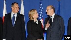 Ձախից` աջ. Ռուսաստանի արտգործնախարար Սերգեյ Լավրովը, ԱՄՆ-ի պետքարտուղար Հիլարի Քլինթոնը եւ Ֆրանսիայի արտգործնախարար Ալեն Ժյուպեն Փարիզում Մեծ ութնյակի հանդիպման ժամանակ, 14-ը մարտի, 2011թ.