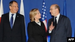 France -- Russian Foreign Minister Sergei Lavrov (L), U.S. Secretary of State Hillary Clinton and French Foreign Minister Alain Juppe pose for photo after a G8 powers meeting in Paris, 14Mar2011.