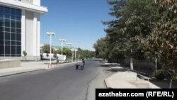 Мальчик толкает тележку на опустевшей дороге в микрорайоне Парахат-1 города Ашгабата. Движение на главных улицах резко ограничено в дни Азиатских игр