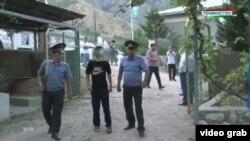 """Кадр из телесюжета государственного ТВ Таджикистана о двойном убийстве в зоне отдыха """"Нилан"""""""
