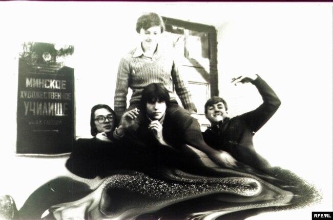 Мастакі-навучэнцы. Міхал першы зьлева. Менск, пачатак 1980-х.