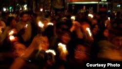 روشن کردن شمع در تهران به نشانه همدردی با قربانیان حادثه ۱۱ سپتامبر. ۱۸ سپتامبر ۲۰۰۱ .