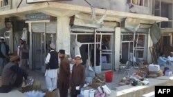 У места взрыва террориста-смертника в городе Пули-Алам, 6 августа 2015 года.