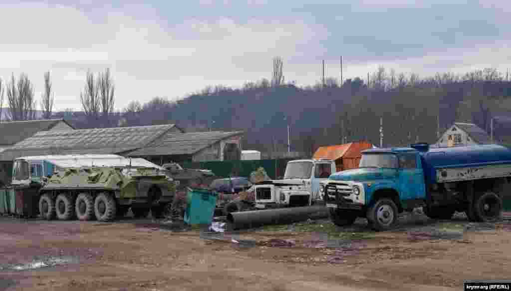 Старі армійські БТР і БРДМ на території гаража пожежної частини Доброго