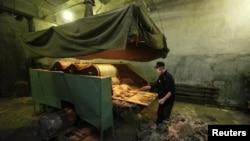 Заключенный в тюремной мастерской, в которой изготавливают валенки. Красноярск, 16 ноября 2011 года.