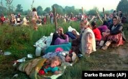 Izbjeglice iz sigurne zone Srebrenica, koje su provele noć na otvorenom, ispred američke baze na aerodromu u Tuzli, 14. juli 1995.
