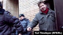 Алексея Козлова выводят из здания Пресненского суда