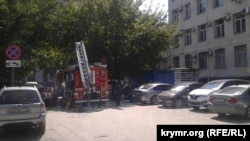 Пожарная машина перед зданием суда, где проходит процесс по «делу Чийгоза», 7 августа 2017 год