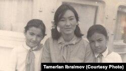 Мусахандын кенже кызы Гүлсара студент кезинде (ортодо). 1963-жыл.
