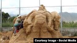 Четырехметровая фигура Манаса из песка.