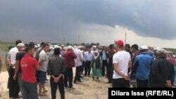 Су алған Өргебас ауылының сыртына жиналып тұрған наразы тұрғындар. Түркістан облысы, Мақтарал ауданы 3 мамыр 2020 жыл.