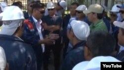 """""""Мұнайфилдсервис"""" жұмысшыларының былтырғы ереуілі. Жаңаөзен, 24 шілде 2012 жыл. (YouTube видеосынан алынған сурет)."""