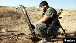 «Еркін Сирия армиясы» оппозициялық қарулы жасағының сарбазы. 9 қыркүйек 2013 жыл. (Көрнекі сурет)