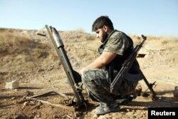 Көтерілісшілер сарбазы Сирия үкіметі әскеріне қарсы қаруын оқтап отыр. Алеппо, 9 қыркүйек 2013 жыл. (Көрнекі сурет)