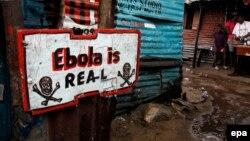 Знак еболи, встановлений перед будинком в районі Вест-Пойнт, Монровія, Ліберія, 25 вересня 2014 року