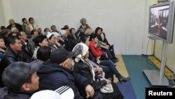 Сот барысын монитордан көріп отырған адамдар. Ақтау, 27 наурыз 2012 жыл.
