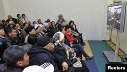 Родственники подсудимых по делу о событиях в Жанаозене следят за ходом суда по монитору. Актау, 27 марта 2012 года.