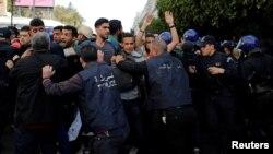 Полиция против демонстрантов. Алжир, 5 марта 2019 года.