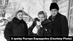 Рыгор Барадулін з маці і жонкай