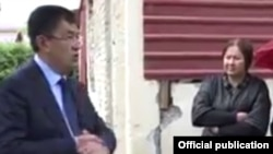Хоким Самаркандской области Эркинжон Турдимов общается с Дилором Розиковой на фоне запланированного к сносу дома, октябрь 2019 года.
