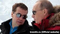 """Sobçak bildirib ki, Putin-Medvedev növbələşməsi """"bir nəfəri hakimiyyətdə saxlamağa"""" xidmət edib"""