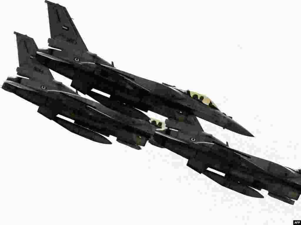 UAE - Egzibicioni let vojnog aviona F-16 - U Abu Dhabiu, na otvaranju Medjunarodne vojne izložbe, američki vojni avion F-16 je imao svoje demonstracijske letove. UAE su sa SAD sklopili ugovor u vrijednosti od 4 milijarde dolara. Recesija nikom nije smetala.