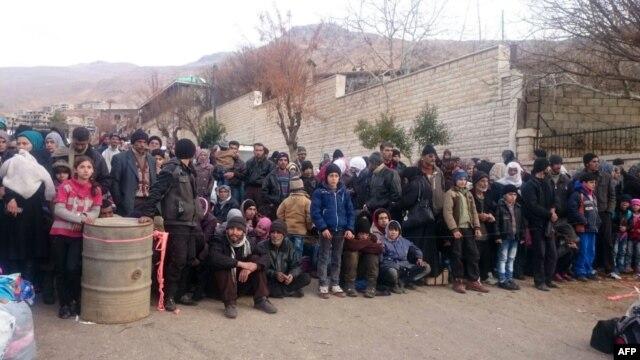 Сирійці чекають прибуття гуманітарної допомоги, Мадайя, 11 січня 2016 року