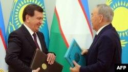 Қазақстан президенті Нұрсұлтан Назарбаев (оң жақта) пен Өзбекстан президенті Шавкат Мирзияев.