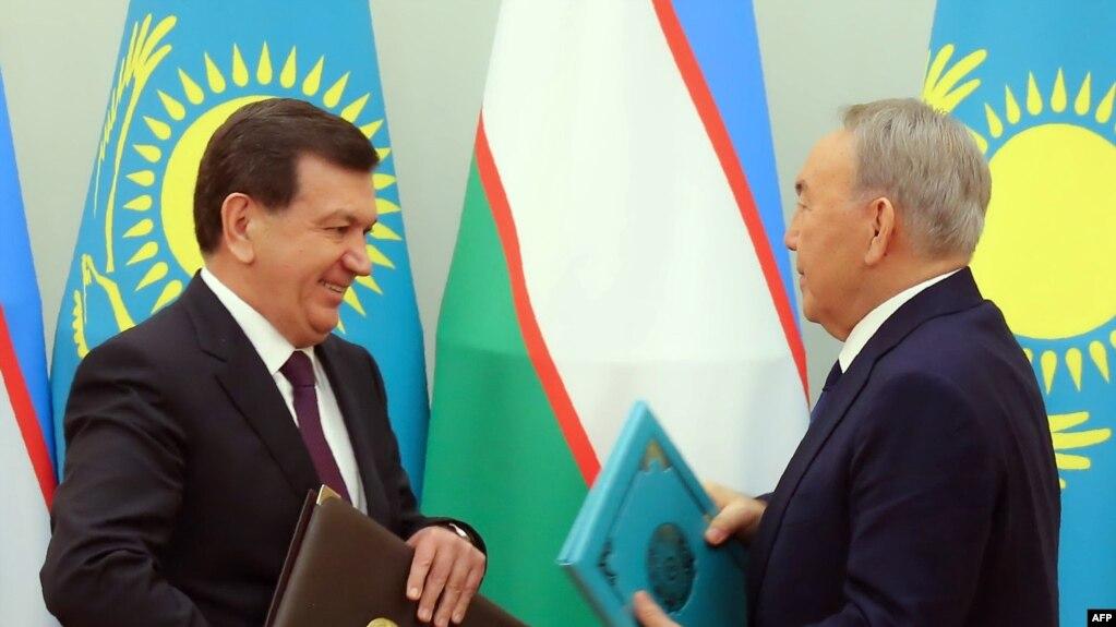 Қазақстан президенті Нұрсұлтан Назарбаев (оң жақта) пен Өзбекстан президенті Шавкат Мирзияев