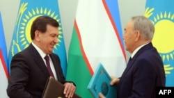 Президент Узбекистана Шавкат Мирзияев и президент Казахстана Нурсултан Назарбаев во время встречи в Астане. 23 марта 2017 года.
