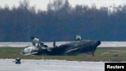 """Обломки фюзеляжа потерпевшего катастрофу самолета """"Фалькон"""", на борту которого 21 октября 2014 года погибли четверо"""