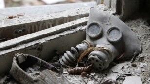 Gas maska i dječije cipele u ostacima nekadašnjeg vrtića za djecu u gradu Prypiat nedaleko nuklearke u Černobilu, travanj 2011