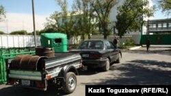 Бөшке тиеген көлік. Алматы облысы, Үшарал, 9 маусым 2012 жыл.