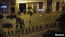 პარიზელი პოლიციელები ერთ-ერთი თავდასხმის ადგილას
