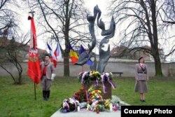 La monumentul în amintirea lui Jan Palach (foto: ICR Praga)