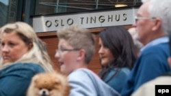 Люди у здания суда в Осло