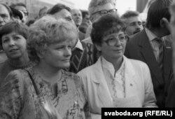 Дэпутат Менскага гарсавету Галіна Вашчана (зьлева) на мітынгу БНФ супраць путчу, жнівень 1991 г.