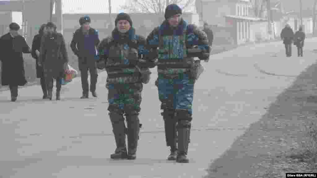 Ауыл көшесіндегі қоғамдық тәртіпті бақылап жүрген қарулы полицейлер.Бурыл ауылытұрғындарының саны8 мыңнан асады.