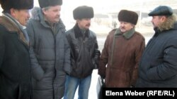 """Члены инициативной группы шахтеров-инвалидов, подавшие в суд на корпорацию """"Казахмыс"""". Караганда, 11 января 2012 года."""