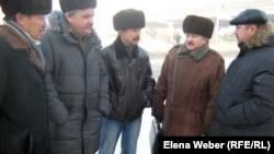 """Члены инициативной группы шахтеров-инвалидов, подавшие в суд на """"Казахмыс"""". Караганда, 11 января 2012 года."""