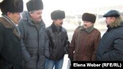 """Члены инициативной группы шахтеров-инвалидов, подавшие в суд на компанию """"Казахмыс"""". Караганда. Январь 2012 года."""