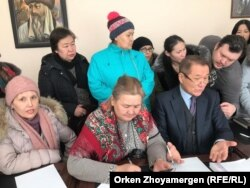 Шолпан Қырғызбайқызы (ортада) және Ермек Аманшаев. Астана. 6 ақпан, 2019 жыл