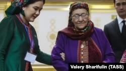 Мать туркменского президента Огулабат Курраева (в центре) голосует на президентских выборах в 2017 году