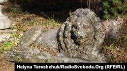 Кам'яний лев «сумує» за справжніми господарями