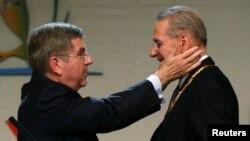 Жак Рогге (справа) передает власть в МОК Томасу Баху. Буэнос-Айрес, 10 сентября 2013 г