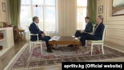 """Экс-президент Алмазбек Атамбаевдин """"Апрель"""" телеканалына маек берип жаткан учуру."""